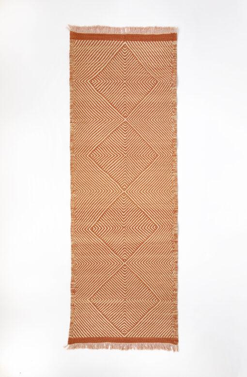 marokkansk-berber-taepper-haendlavet-i-bedste-uld-kvalitet-i-plantefarver-orange-og-raehvid-designet-af-henriette-w-leth