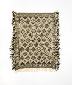 marokkansk-berber-zanafi-taeppe-haendlavet-i-uld-i-sort-og-raehvid-moenster-med-frynser-i-siden