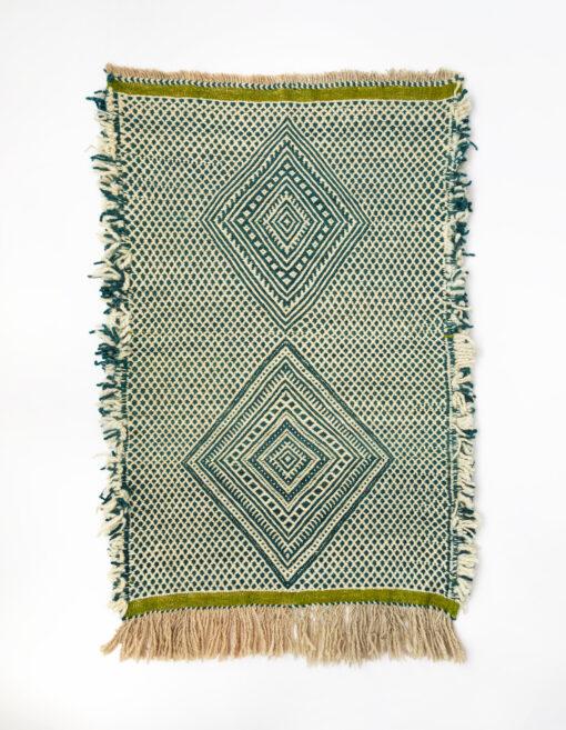 marokkansk-berber-zanafi-taeppe-haendlavet-i-uld-i-groen-og-raehvid-moenster-med-frynser-i-siden