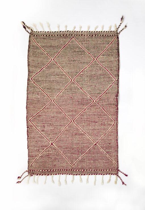 marokkansk-berber-taeppe-haendlavet-i-uld-i farverne-roed-og-raehvid-med-geometrisk-moenster