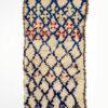 marokkansk-berber-taeppe-haendlavet-i-uld-i farverne-raehvid-baggrund-og-blaa-rød-sort--geometrisk-moenster