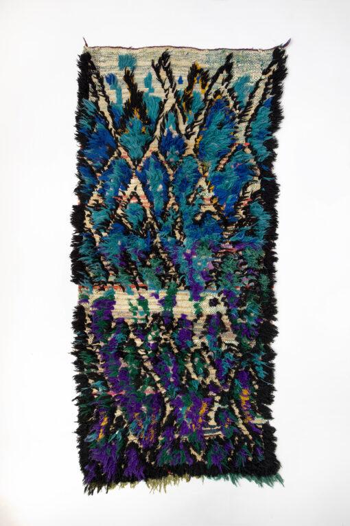 marokkansk-boucherouite-taepper-haendlavet-i-uld-og-garner-med-blaa-lilla-mønster