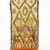 marokkansk-berber-taeppe-haendlavet-i-uld-i farverne-orange-roed-groen-og-raehvid-med-moenster
