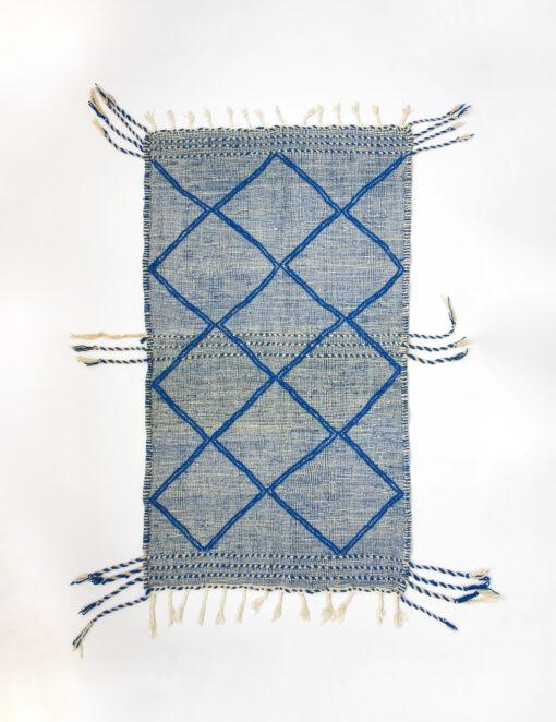 marokkansk-berber-taeppe-haendlavet-i-uld-i farverne-blaa-og-raehvid-med-geometrisk-moenster