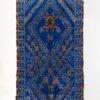 marokkansk-berber-beni-mguild-taeppe-haendlavet-i-uld-i farverne-blaa-roed-og-orange-med-geometrisk-moenster